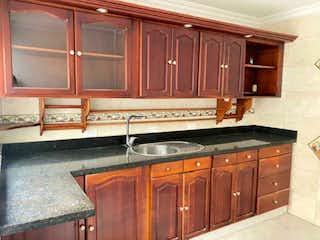 Una cocina con armarios de madera y armarios de madera en Casa en venta en Simón Bolívar de 168mts