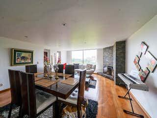 Una habitación llena de muebles y una mesa de madera en Apartamento En Venta En Bogota Bella Suiza-Usaquén