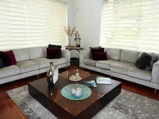 Una sala de estar con un sofá y una mesa de café en Se vende Casa en Conjunto en Sotileza