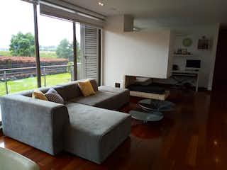 Una sala de estar llena de muebles y una gran ventana en Se vende apartamento en Arrayanes