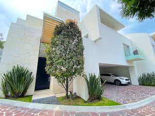 Una planta en maceta sentada delante de un edificio en Encantadora y moderna casa en condominio La Loma Santa Fe