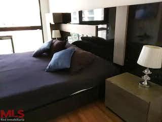 Una sala de estar llena de muebles y una ventana en Energy
