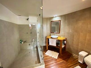 Un cuarto de baño con lavabo y ducha en Casa en Venta en Parcelación Aposentos Sopó 4 habitaciones