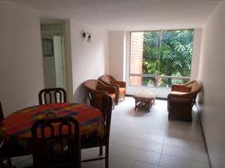 Un dormitorio con una cama y una silla en APARTAMENTO BELEN ALAMEDA - VENTA