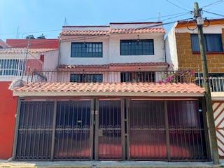 Un gran edificio de ladrillo con una gran ventana en Casa en venta en 18 de 260m²