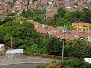 Una vista de una ciudad desde una ventana en Apartamento en rodeo alto con hermosa vista