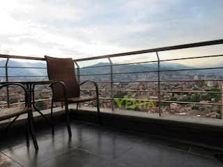 Un banco sentado delante de la ventana en Apartamento en venta en Envigado loma del Escobero