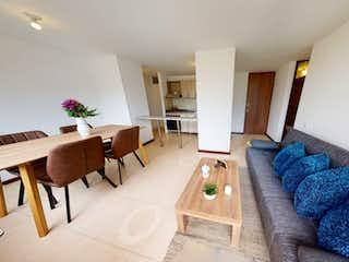 Una sala de estar llena de muebles y una mesa en Oportunidad, apartamento en bello boa vista