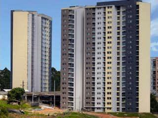 Una vista del horizonte de una ciudad con un edificio en el fondo en Venta de Apartamento en Fontibón, Arándanos, Rionegro