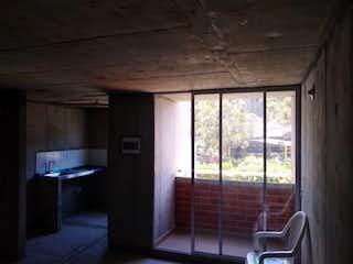 Una habitación muy bonita con una gran ventana en Apartamento en venta en Tablaza de dos habitaciones