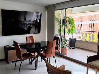 Una sala de estar llena de muebles y una gran ventana en Apartamento en venta en Loma De Las Brujas de 3 hab. con Gimnasio...