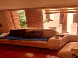 Una sala de estar llena de muebles y una ventana en Apartamento en venta en Bella Suiza, 64mt