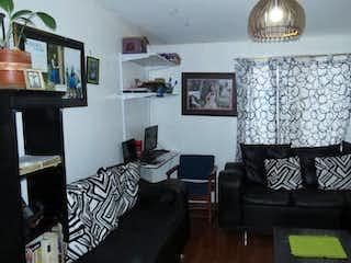 Una sala de estar llena de muebles y una lámpara en Venta de apartamento en Sabanas de Tibabuyes
