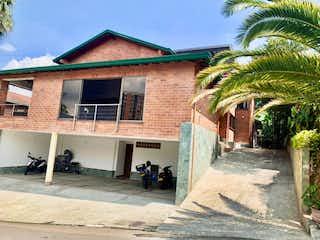 Un edificio con un árbol delante de él en Casa en venta en Las Lomitas, 665m² con Piscina...