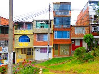 Un gran edificio con un gran edificio en el fondo en Casa en venta en Arbolizadora, 42m²