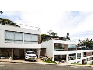 Un camión estacionado delante de un edificio en Casa en venta en Loma Del Atravezado con Zonas húmedas...
