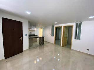 Un cuarto de baño con lavabo y un espejo en Apartamento en venta en Rosales de tres habitaciones