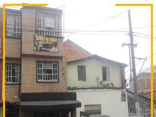 Un coche estacionado delante de una casa en CASA COMERCIAL CON 4 LOCALES EN VENTA, LOS ANGELES