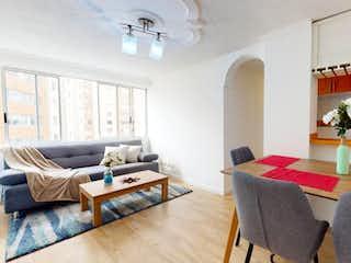 Una sala de estar llena de muebles y una mesa en SE VENDE APARTAMENTO GRAN GRANADA