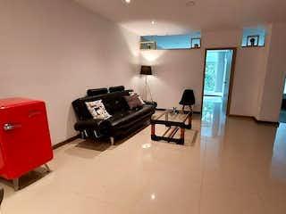 Una sala de estar llena de muebles y una televisión en Apartamento en venta en Las Lomas de 2 alcoba