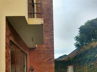Un edificio de ladrillo con una boca de incendios en él en Casa en Venta VEREDA MOYA
