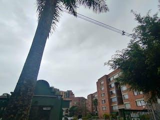 Un edificio alto con un árbol en el fondo en Apartamento en venta en Otra Parte de 126m²