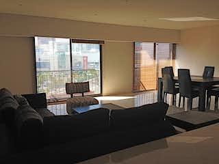 Una sala de estar llena de muebles y una ventana en VENDO Y RENTO DEPARTAMENTO EN ALCAZAR SANTA FE