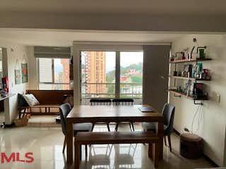 Una sala de estar llena de muebles y una ventana en Veleros Del Este