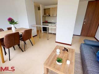 Una sala de estar llena de muebles y un suelo de madera en Boavista