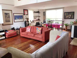 Una sala de estar llena de muebles y una televisión de pantalla plana en Casa En Venta En Bogota Chapinero Alto