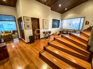 Una sala de estar llena de muebles y una televisión de pantalla plana en Penthouse con terraza en venta en Los Rosales bajo