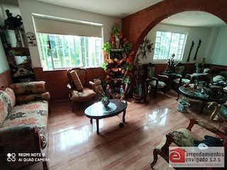 Una sala de estar llena de muebles y una chimenea en VALLE JARDIN