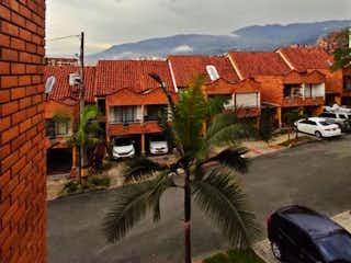 Una escena de la calle con un coche y un edificio en SE VENDE CASA EN ENVIGADO BARRIO EL DORADO