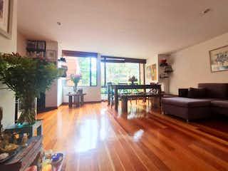 Una sala de estar llena de muebles y un suelo de madera en APARTAMENTO VENTA CABRERA, BOGOTA