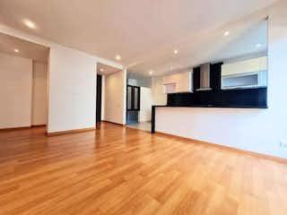 Una sala de estar con suelos de madera y suelos de madera en APARTAMENTO VENTA VIRREY, BOGOTA