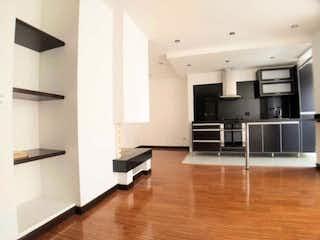 Una sala de estar con suelos de madera dura y un ventilador de techo en APARTAMENTO VENTA SANTA BARBARA, BOGOTA