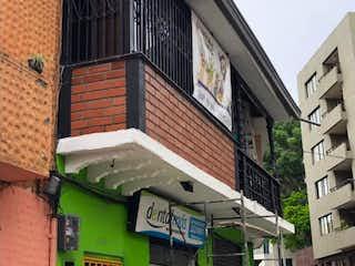 Un edificio alto con un letrero en la calle en Casa en venta en Villa Nueva de 150m²