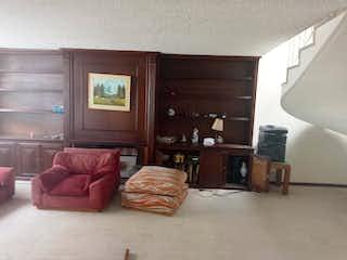 Una sala de estar llena de muebles y una televisión de pantalla plana en Casa en venta en Barrio Pasadena de 4 hab. con Jardín...