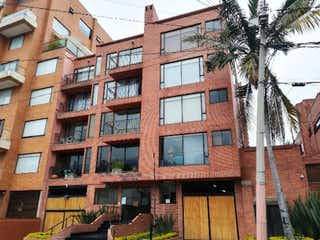Un edificio alto con muchas ventanas en Apartamento en venta en Santa Paula de 1 hab.