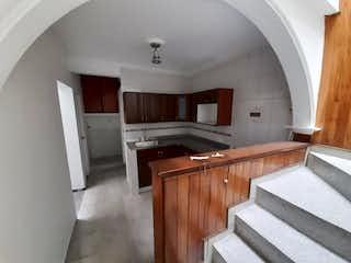 Una cocina con suelos de madera y armarios de madera en Casa en venta en Belén Centro, de 82mtrs2