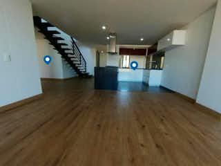 Una sala de estar con suelos de madera y suelos de madera en Apartamento En Venta En Bogota Santa Bárbara
