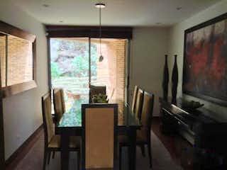 Una sala de estar llena de muebles y una televisión de pantalla plana en Apartamento En Venta En Bogota Bosque Medina-Usaquén Tres garajes.