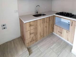 Una cocina con suelos de madera y armarios blancos en Apartamento en venta en Hospital Mental de 3 habitaciones