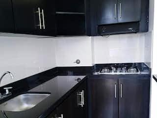 Una cocina en blanco y negro con electrodomésticos de acero inoxidable en Apartamento Rentando sector la Catolica en Rionegro