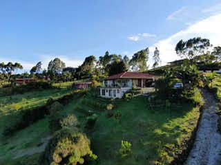 Una vista de un pueblo con un edificio en el fondo en Finca con bosques y hermosa vista en vía Rionegro- El Carmen