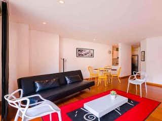Una sala de estar llena de muebles y una mesa en Apartamento En Venta En Bogota Chico Reservado Con una alcoba.