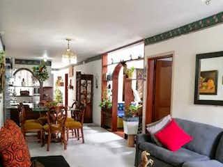 Una sala de estar llena de muebles y una ventana en Casa en venta en Tejelo de 190mts