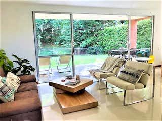 Una sala de estar llena de muebles y una ventana en SE VENDE CASA EN ENVIGADO LOMA BENEDICTINOS UNIDAD CERRADA