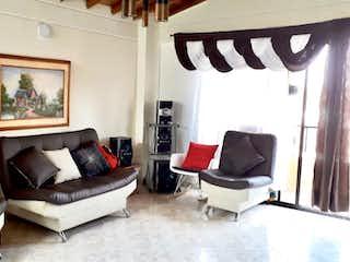 Una sala de estar llena de muebles y una ventana en Apartamento en venta en La Magnolia de 3 hab. con Balcón...