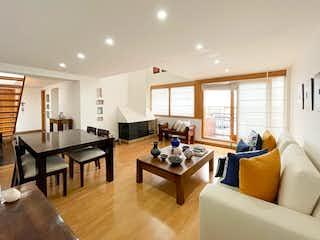 Una sala de estar llena de muebles y una mesa en APARTAMENTO DPLEX EN VENTA / RENTA - CHICO NAVARRA